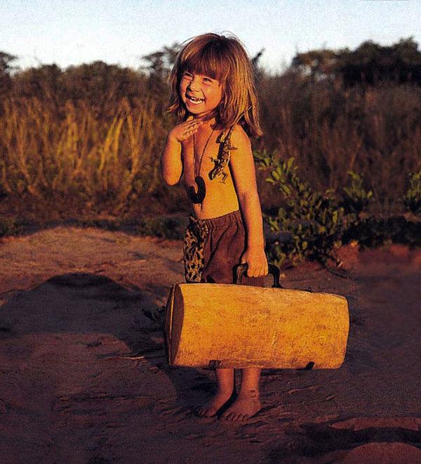 Zdjęcie przedstawia Tippi z drewnianą walizką