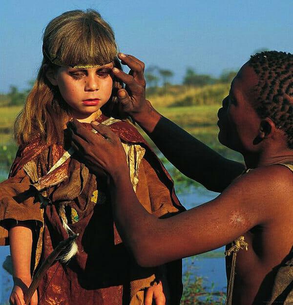 Zdjęcie przedstawia Tippi malowaną przez tubylca
