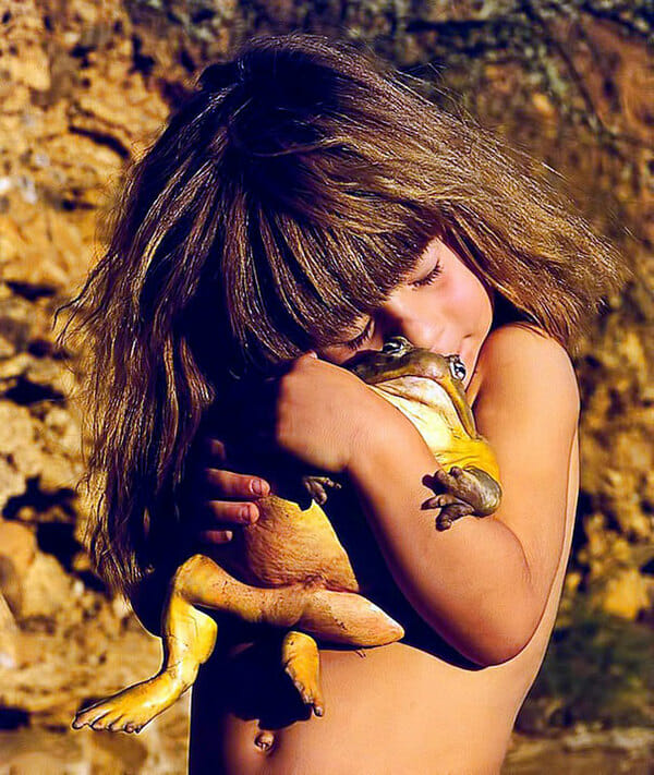 Zdjęcie przedstawia Tippi z żabą