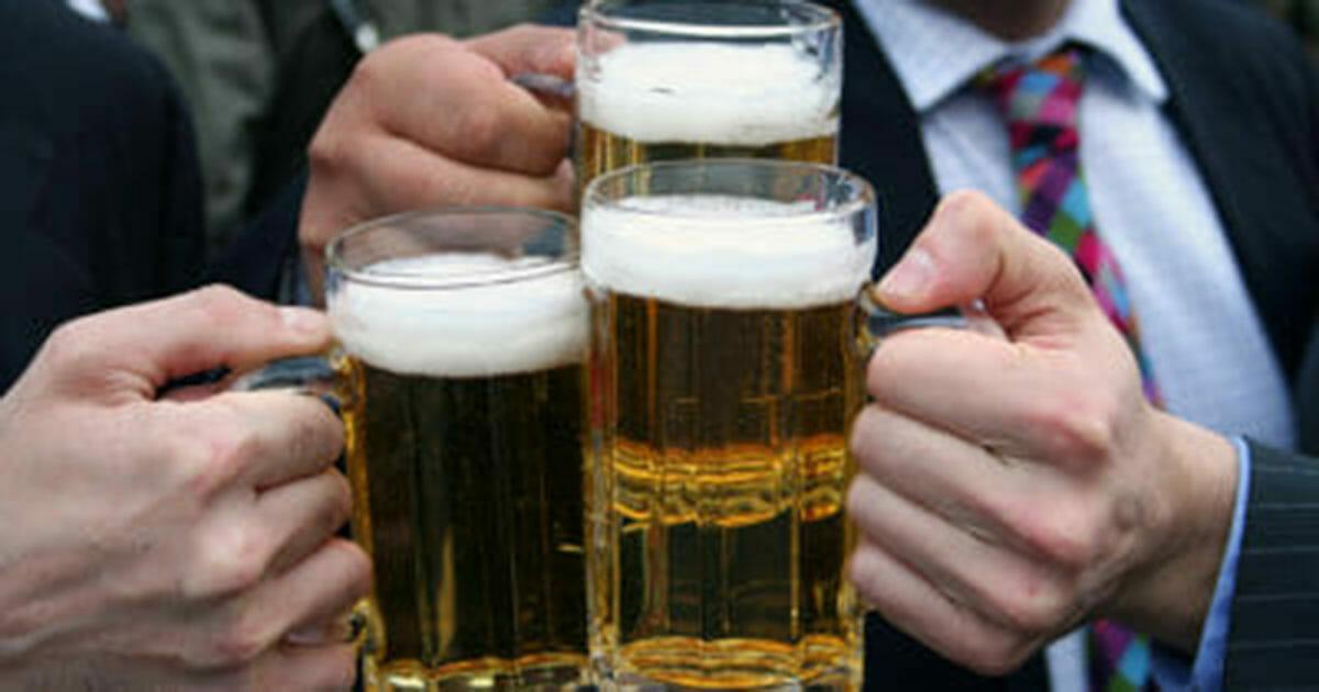 Naukowcy dowiedli, że picie piwa ze znajomymi jest zbawienne dla naszego zdrowia psychicznego