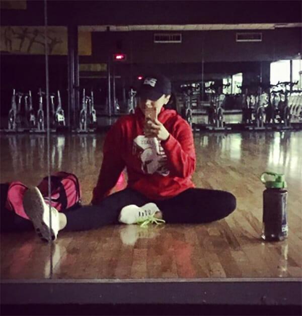 La foto mostra la sottile Betsy dopo l'allenamento in palestra