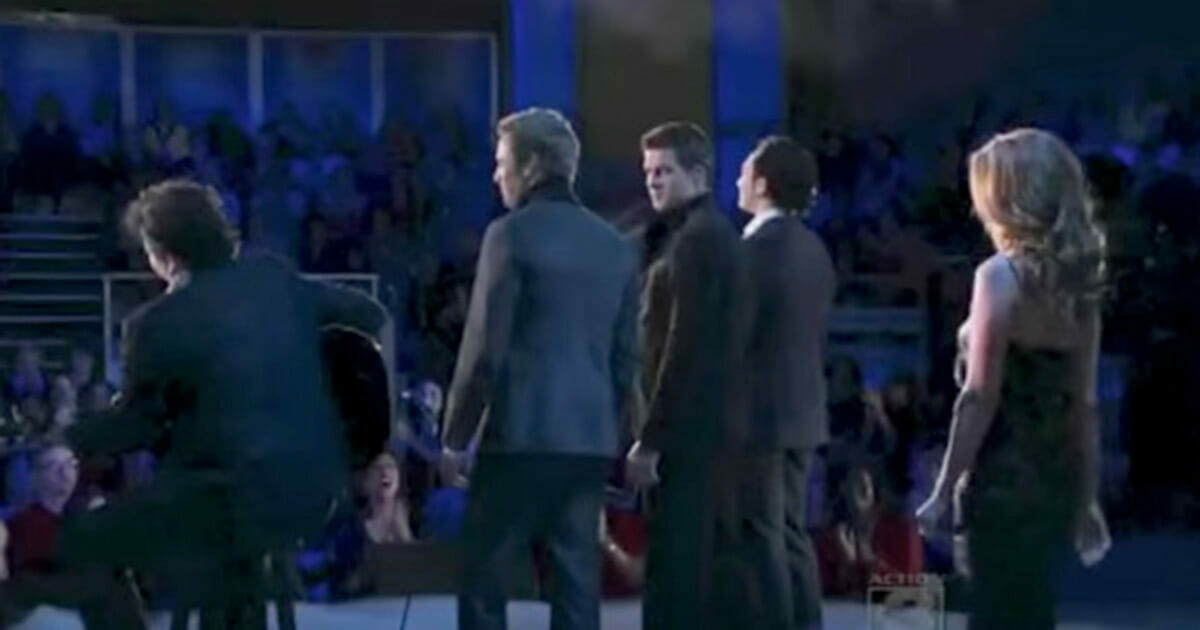 """Śpiewają """"Hallelujah"""", gdy na scenie pojawia się niespodziewany gość."""