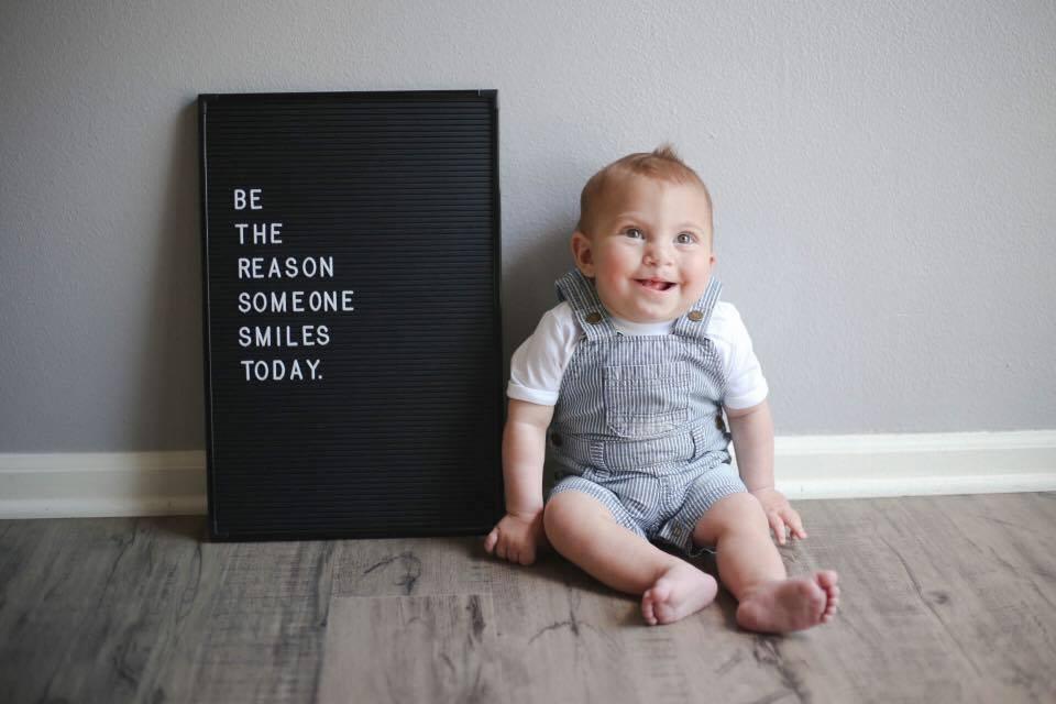"""Na zdjęciu znajduje się Brody już po operacji, a obok niego tablica z napisem """"bądź powodem, dla którego ktoś się dzisiaj uśmiechnie"""""""