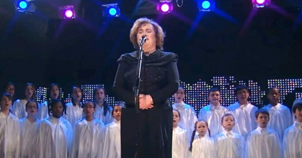 """Susan Boyle wprawiła publiczność w zachwyt swoją wersją """"Holy Night"""""""