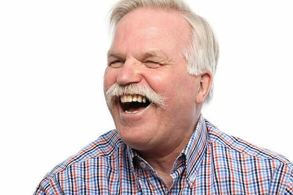 Mężczyzna śmieje się w żartu