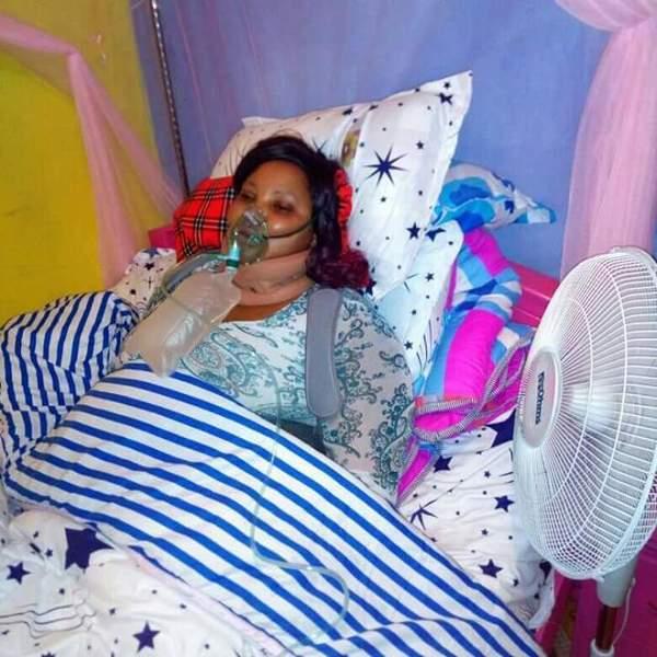 Zdjęcie przedstawia leżącą na łóżku kobietę w masce z tlenem