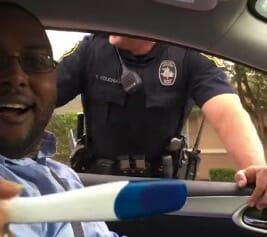 Na zdjęciu widać męża Nikk i policjanta, który ich zatrzymał, a na pierwszym planie znajduje się test ciążowy