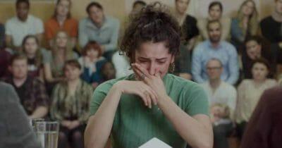 Na zdjęciu znajduje się płacząca kobieta, która właśnie poznała wyniki swojego testu DNA