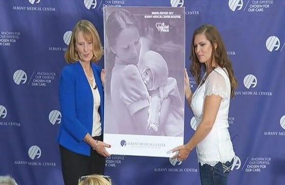 Na zdjęciu Amanda i Susan podczas spotkania po latach, trzymają w rękach wspólne zdjęcie