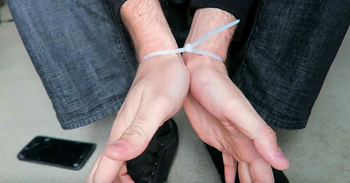 Prosty trik, aby uwolnić ręce związane opaską zaciskową
