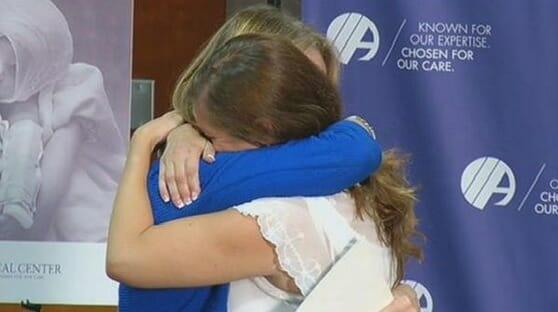 Na zdjęciu Amanda i Susan przytulają się podczas spotkania po latach