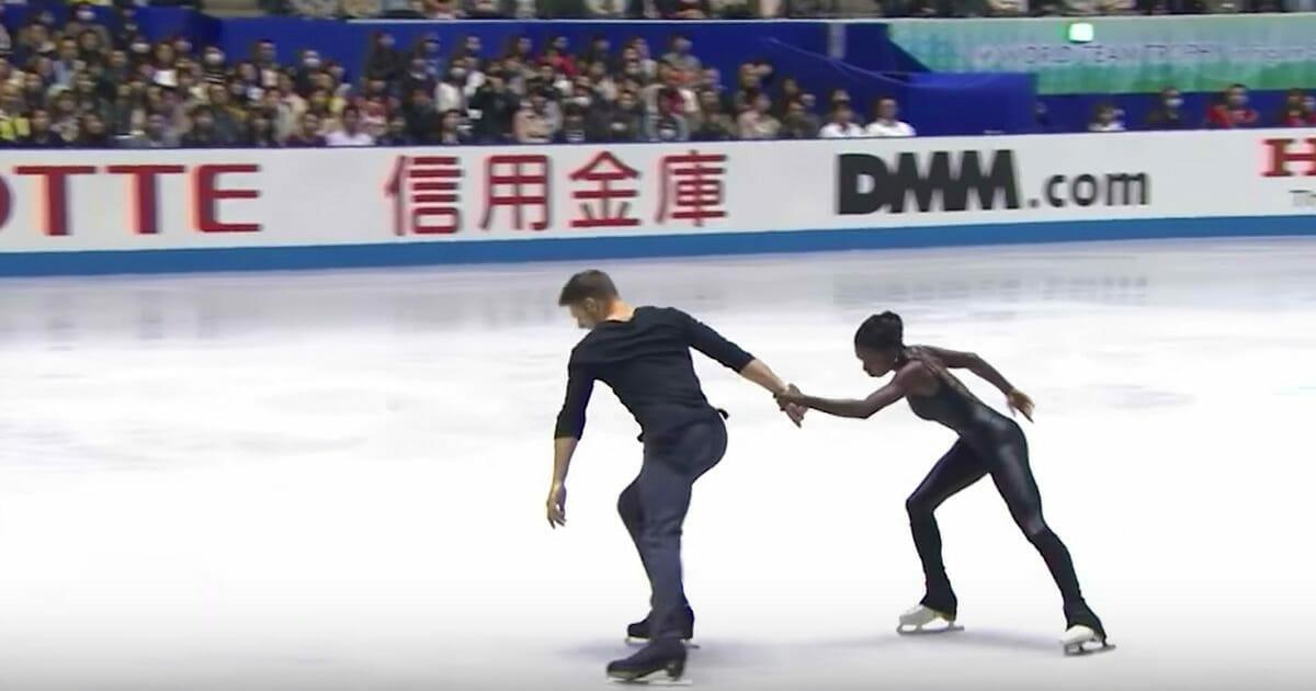 Na zdjęciu znajduje się para łyżwiarzy podczas swojego występu