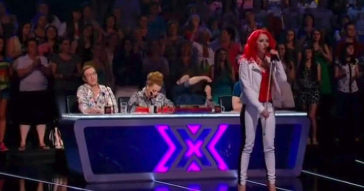 Na zdjęciu znajduje się Julia podczas swojego występu w X Factor
