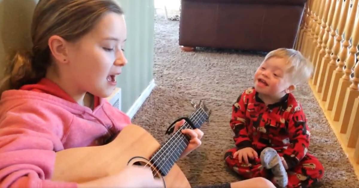 2-latek z zespołem Downa nie bardzo potrafi mówić, ale gdy jego siostra zaczyna śpiewać, staje się cud