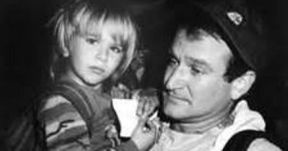 NA zdjęciu znajduje się Robin Williams z synem Zakiem, kiedy ten był jeszcze dzieckiem