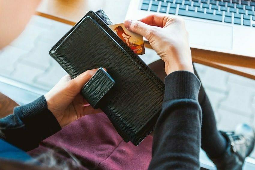 Kobieta sięga po kartę kredytową