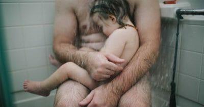 Matka robi zdjęcia ojca z synem