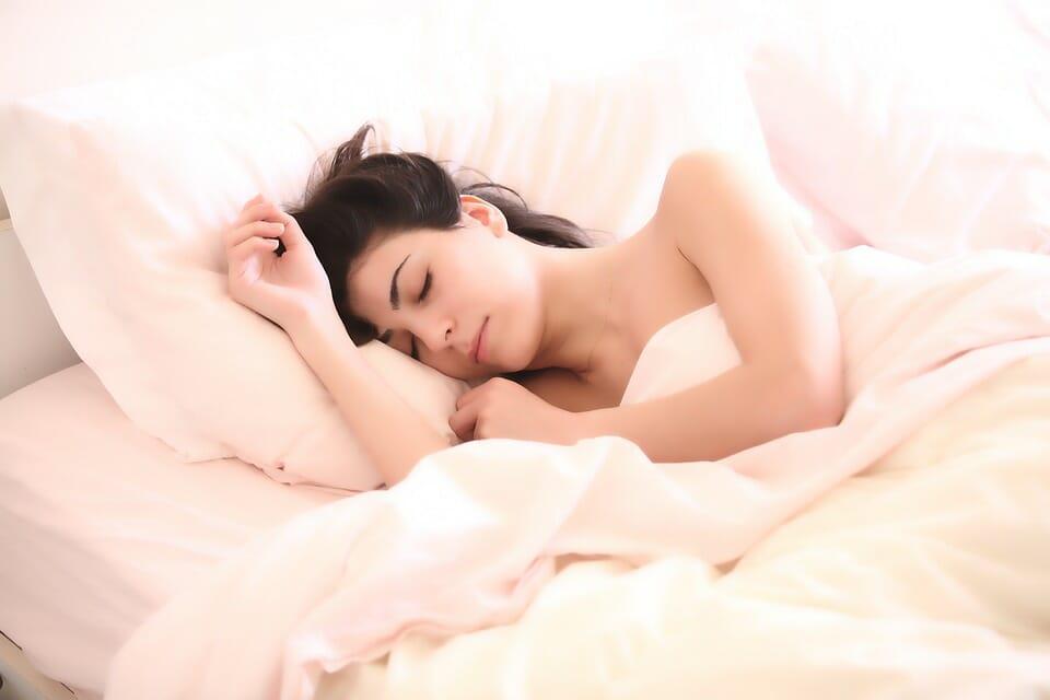 Na zdjęciu znajduje się śpiąca kobieta