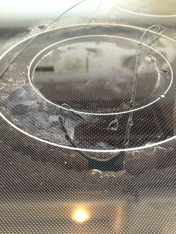 Na zdjęciu znajduje się zabrudzona płyta kuchenki