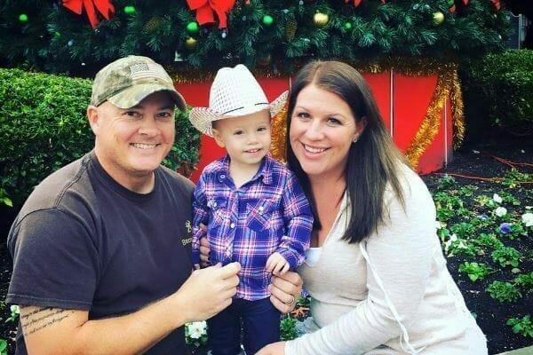 Na zdjęciu znajdują się Courtney, Brian i ich starsza córka