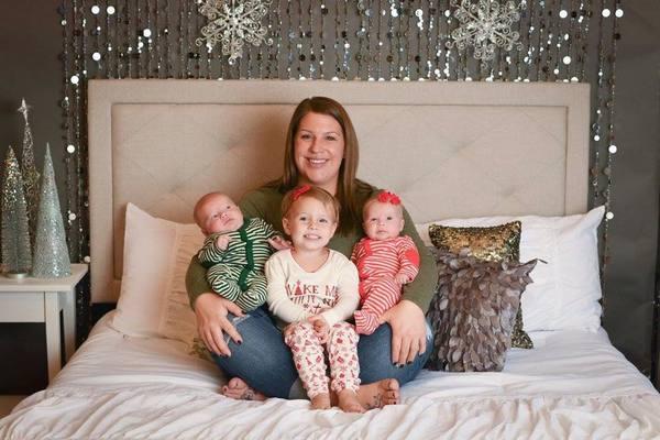 Na zdjęciu znajduje się Courtney ze wszystkimi swoimi dziećmi