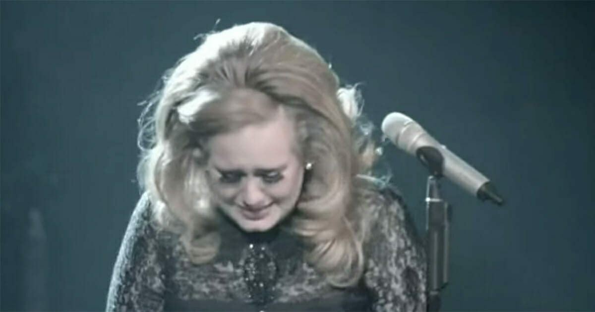 Na zdjęciu widać płaczącą Adele