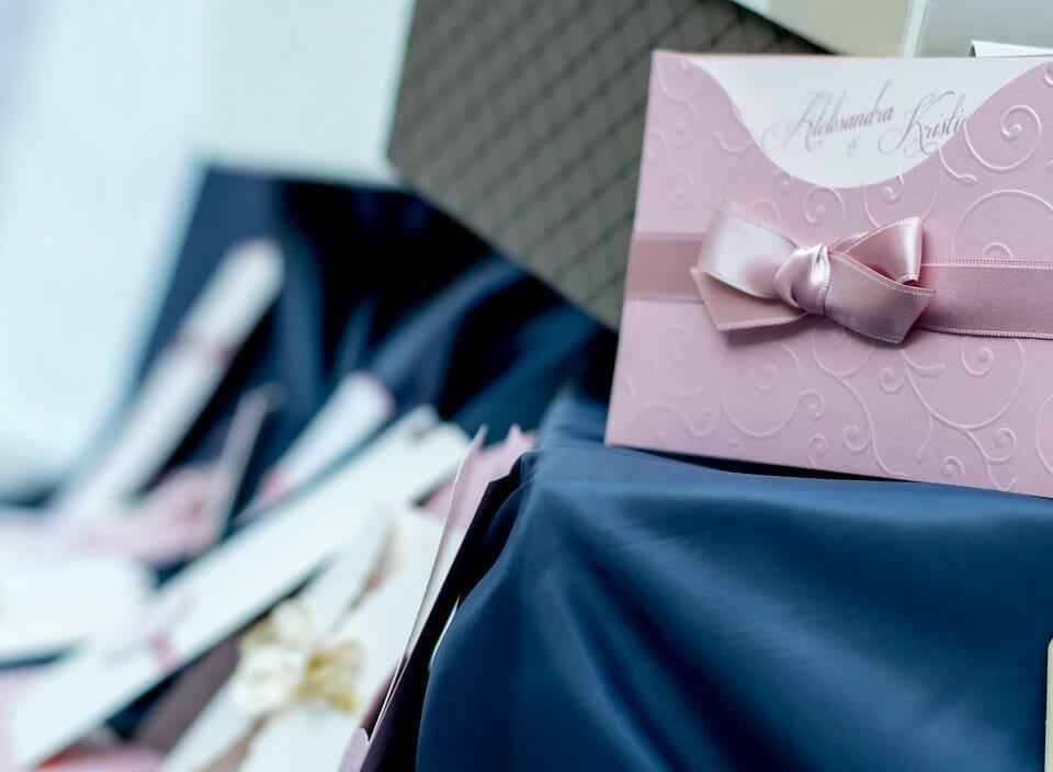 Na zdjęciu znajdują się zaproszenia ślubne