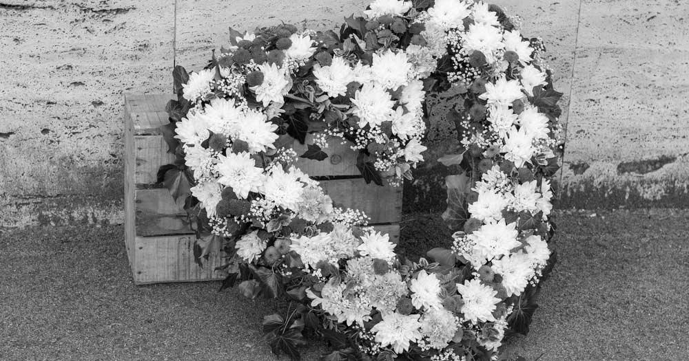 Na zdjęciu znajduje się wieniec kwiatów w kształcie serca