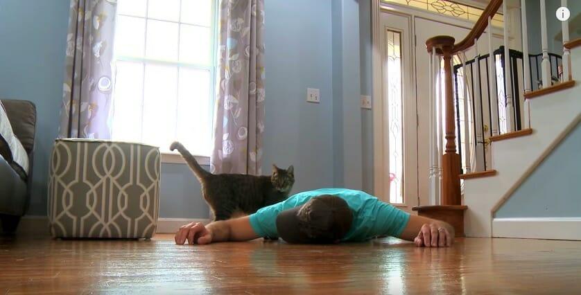 Na zdjęciu widać kadr z filmu, na którym właściciel kota pozoruje swoją śmierć