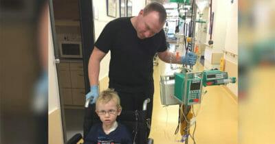Na zdjęciu znajdują się Andreas i Julius, którzy przebywają w szpitalu podczas leczenia chłopca