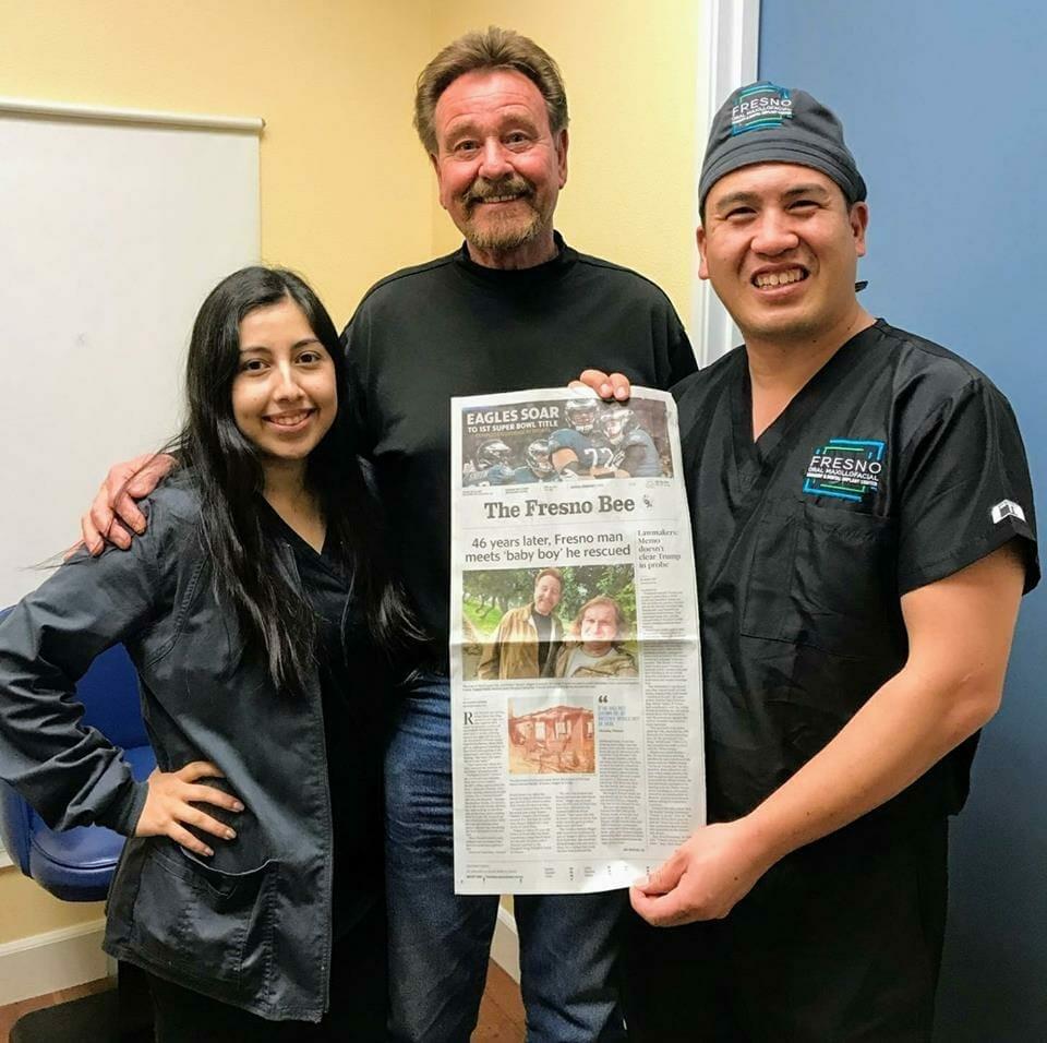 Na zdjęciu znajdują się: siostra Bobbiego, Rick i dziennikarz lokalnej gazety, trzymają w rękach artykuł zamieszczony w gazecie
