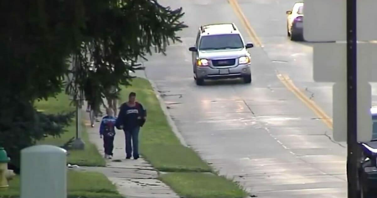 Na zdjęciu znajdują się Kim i Gabe w drodze do szkoły