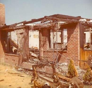 Na zdjęciu znajdują się zgliszcza spalonego domu