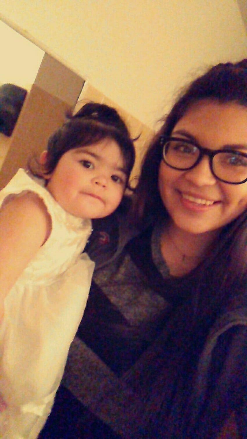 Na zdjęciu znajduje się Alyssa Salgado z córką