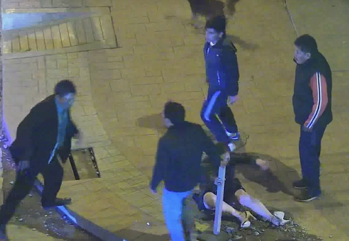 Zdjęcie przedstawia kadr z filmu, na którym mężczyzna bije kobietę, a obcy mężczyźni stają w jej obronie