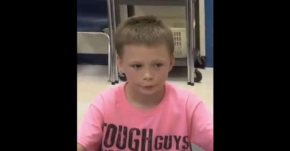 """Na zdjęciu znajdue się William w różowej koszulce z napisem """"Twardziele noszą się na różowo"""""""