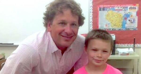 Na zdjęciu znajduje się William ze swoim nauczycielem, obaj ubrani są na różowo