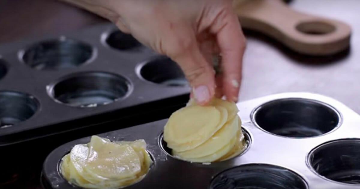 Pokrój 1 kg ziemniaków i ułóż je w formie na babeczki - gdy zobaczysz ten przepis, na pewno go wypróbujesz