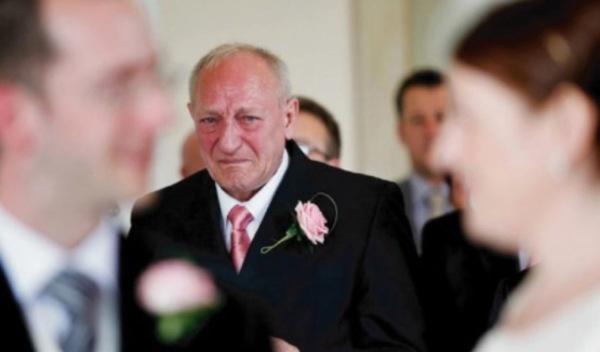 Na zdjęciu znajduje się płaczący gość weselny - mężczyzna w okolicahc 60-tego roku życia