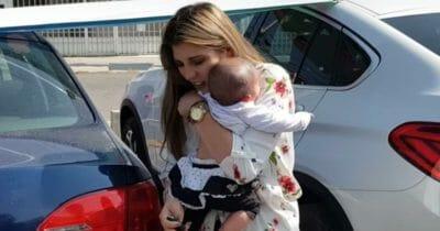 Matka zostawia dziecko w samochodzie i idzie zjeść śniadanie - gdy wraca do samochodu nie może uwierzyć własnym oczom
