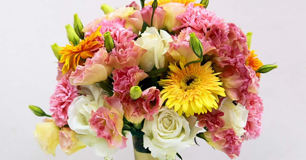 Na zdjęciu znajduje się piękny bukiet kwiatów