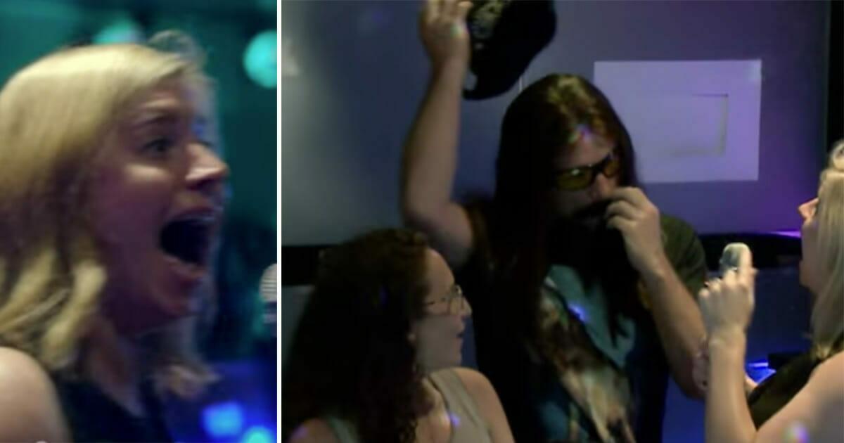 Pewien mężczyzna wchodzi na scenę podczas karaoke - zobacz reakcję ludzi, gdy zdają sobie sprawę kim on naprawdę jest