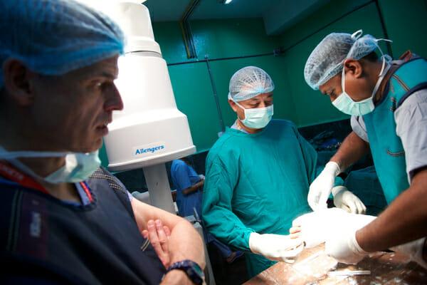Na zdjęciu znajdują się lekarze na sali operacyjnej
