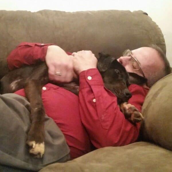 Na zdjęciu widać Breta, który śpi na kanapie, a na jego klatce piersiowej śpi przytulona Charlie
