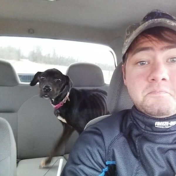 Na zdjęciu znajduje się Charlie na tylnym siedzeniu samochodu prowadzonego przez Zacha