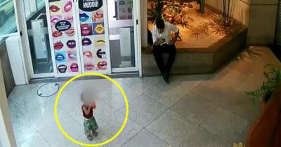 Mężczyzna widzi porzuconego chłopca w centrum handlowym i wie, że musi działać szybko, aby go uratować