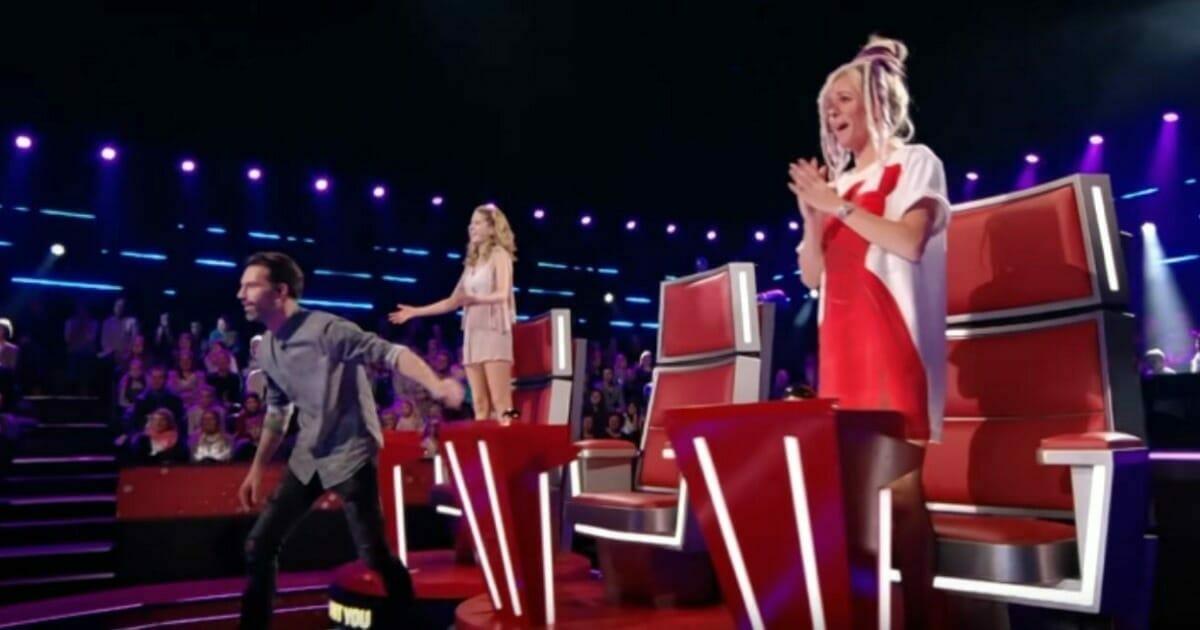 Na zdjęciu widać sędziów programu The Voice of Kids Belgia, którzy na stojąco oklaskują występ Abu