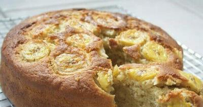 Na zdjęciu znajduje się upieczone ciasto bananowe