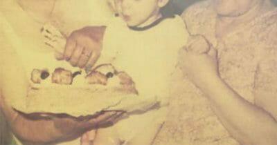 Na zdjęciu znajduje się MarcoDeplano jako dziecko, ze swoimi dziadkami