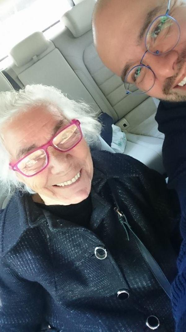 Na zdjęciu znajduje się MarcoDeplano ze starszą kobietą